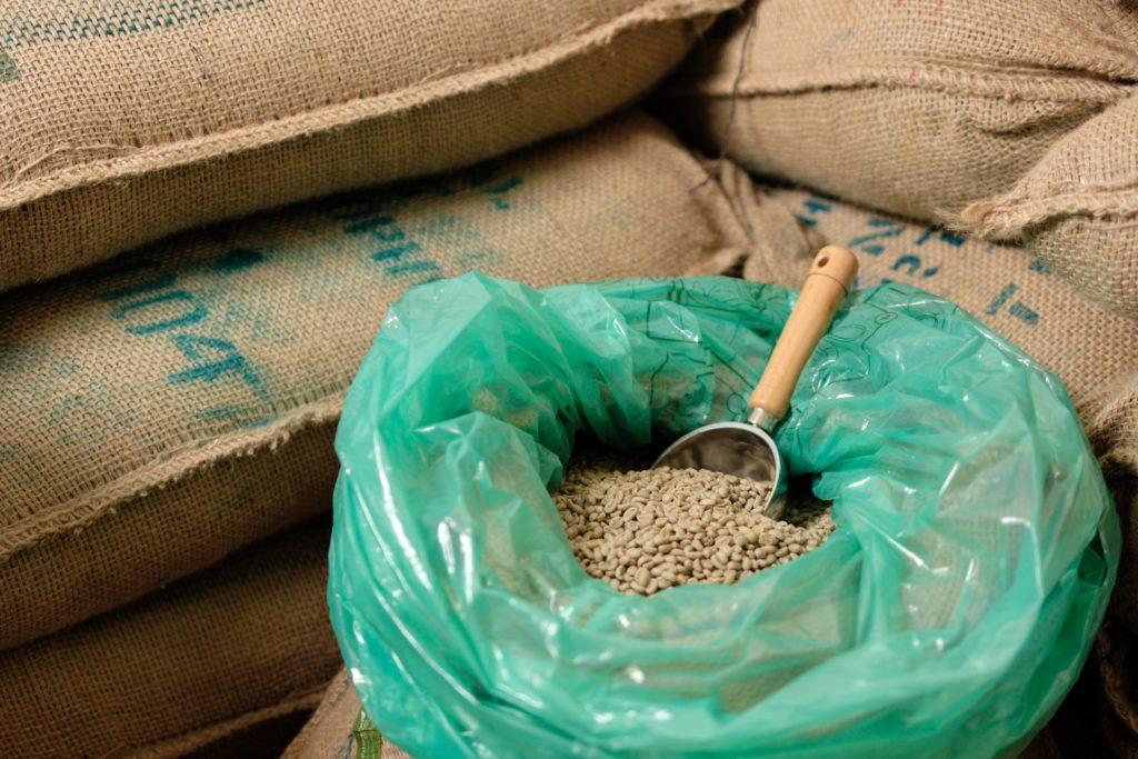 麻袋に詰められた生豆