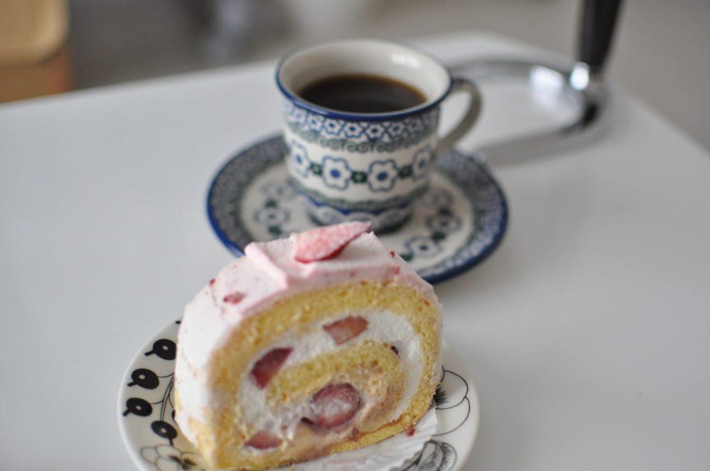 苺ロールとコーヒー