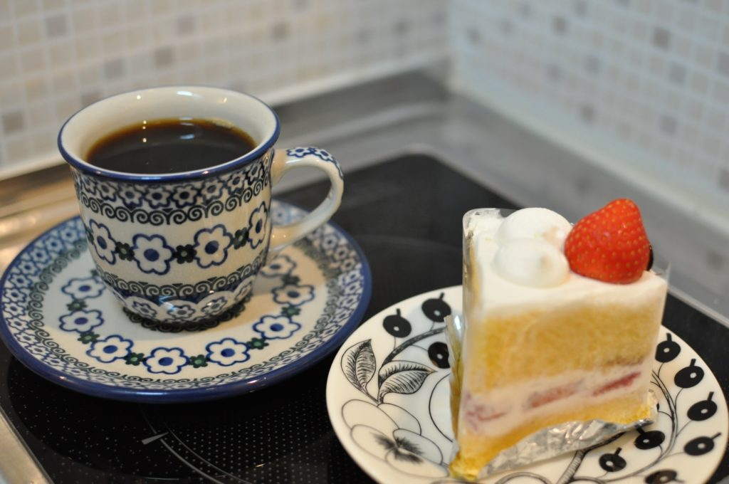 苺のショートケーキとコーヒー