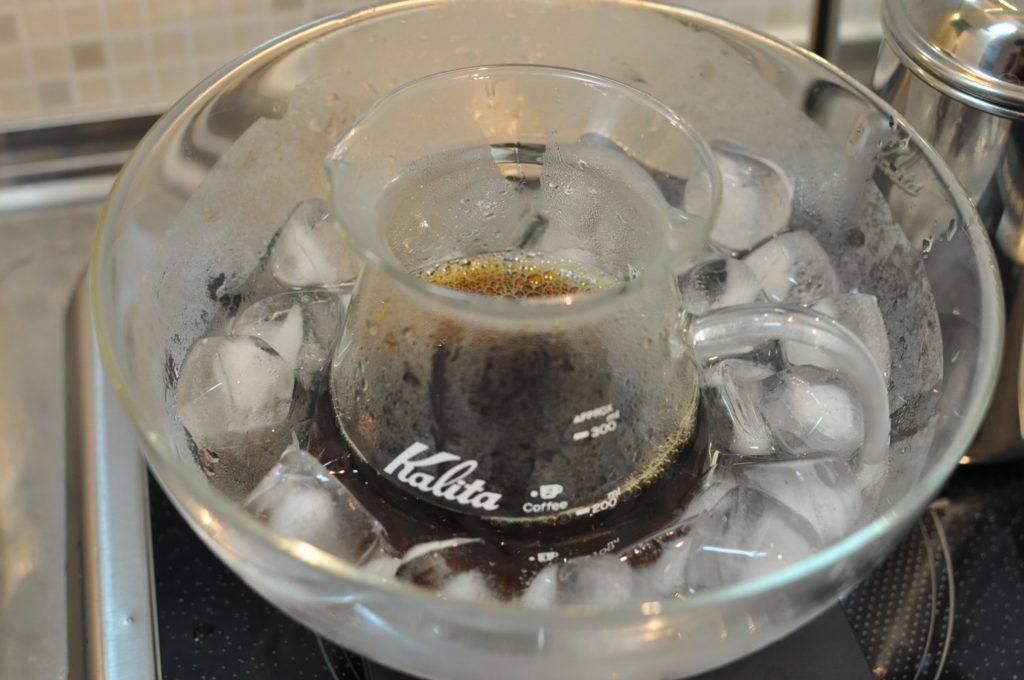 冷まし中のコーヒー