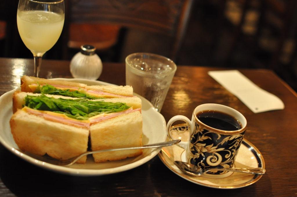 サンドイッチとコーヒーとジュース