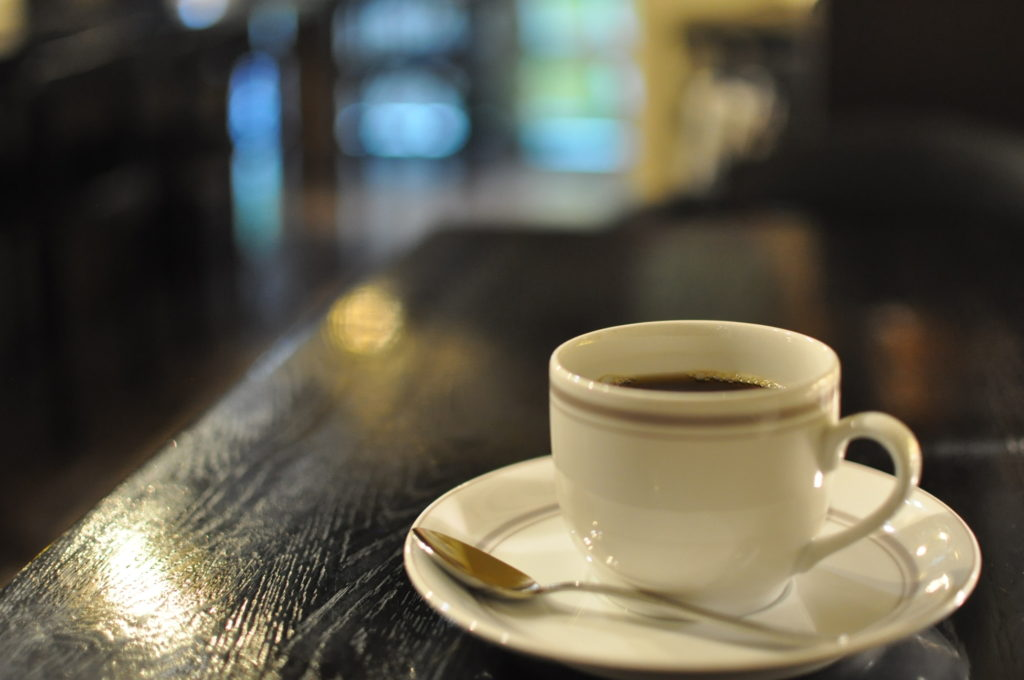 ブレンドコーヒーと店内の雰囲気