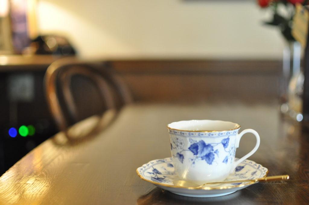 コーヒーカップと店内の雰囲気