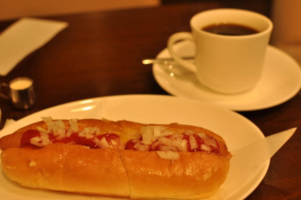 ホットドックとコーヒー