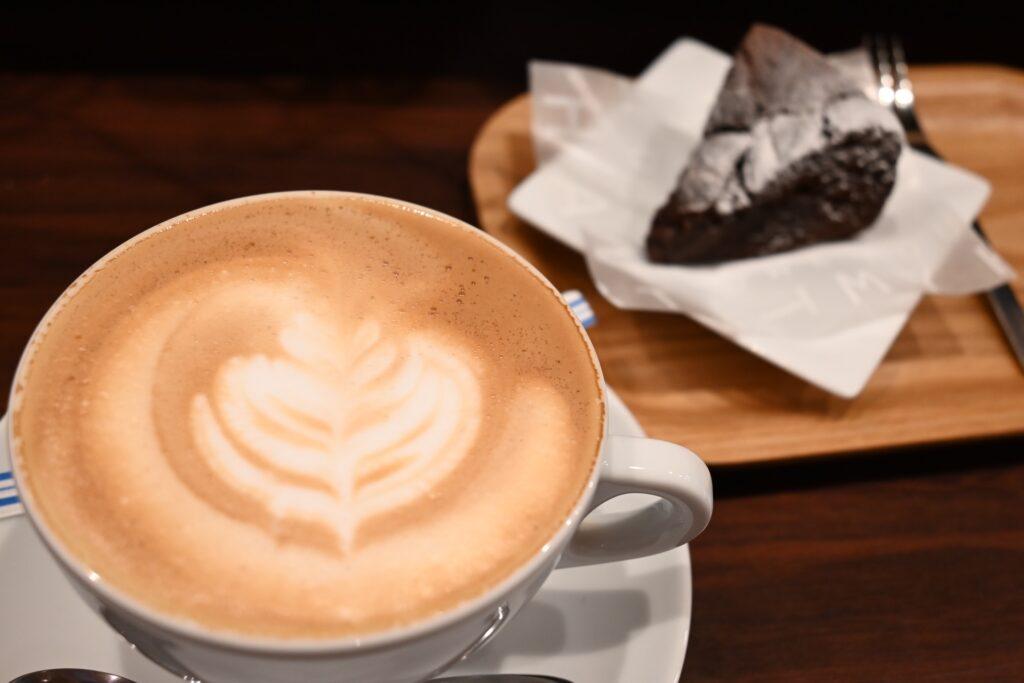 カフェラテとチョコレートケーキ