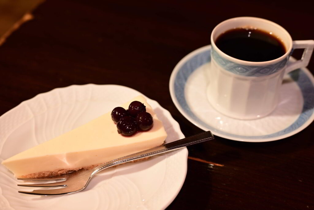 レアチーズケーキとコーヒー